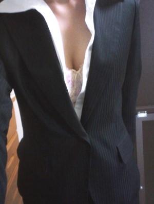 紺のスーツを着たOLのエロ写メ