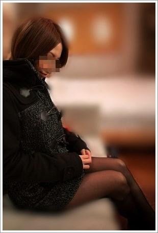 ソファーに座った女の黒ストッキングがエロい