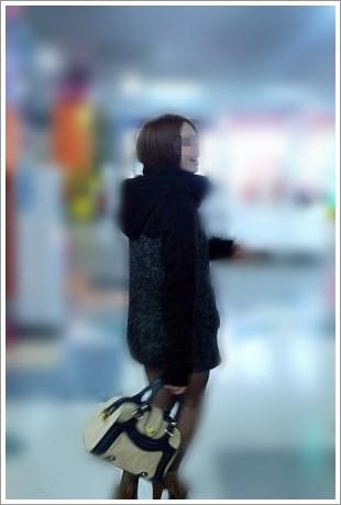 ショートカットに黒いコートを着た女子とデート